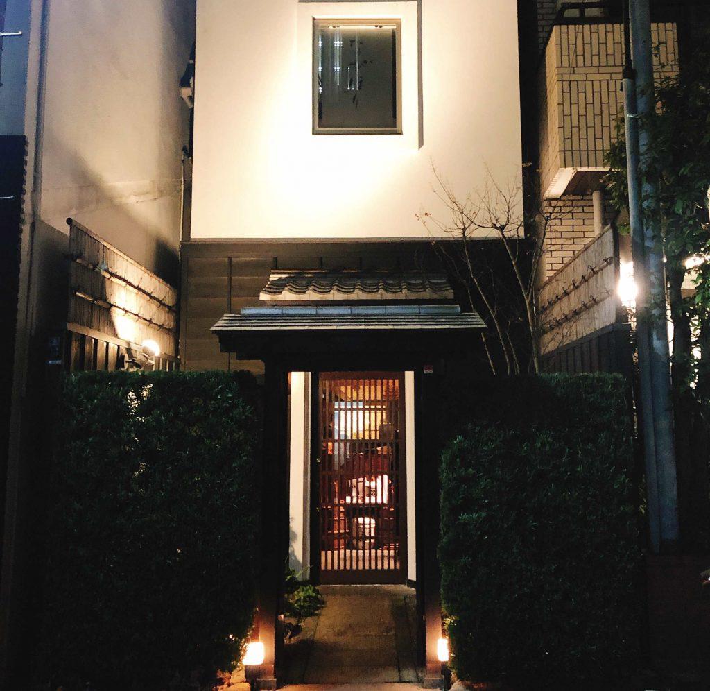 玉造の住居エリアに佇むこちらのお店。格子戸からもれる灯りが来店を歓迎してくれている様な雰囲気。